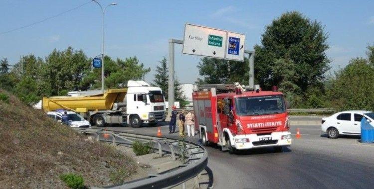 Tuzla'da kamyonun kasası yola devrildi, kupası askıda kaldı