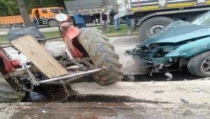 Zincirleme kazada traktör ikiye bölündü