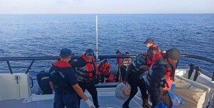 Yunan askerinin Türk karasularına ittiği 16 göçken kurtarıldı