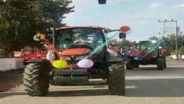 Traktörlerden oluşan sünnet konvoyu renkli görüntülere sahne oldu