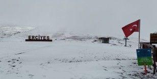 Kayseri'de sezonun ilk kardan adamı Erciyes'te yapıldı