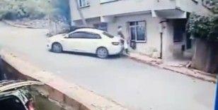 Sancaktepe'de yolda kayan otomobilin yayayı ezdiği anlar kamerada