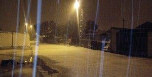Göle ilçe merkezine kar yağdı