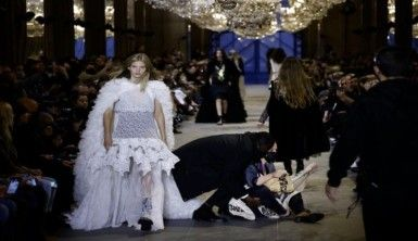 Louis Vuitton defilesinde Aşırı Tüketim protestosu