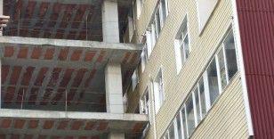 Şişli'de ilginç görüntü: Bina inşaatı 40 yıllık apartmana dayandı