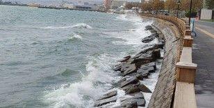 Marmara'da poyraz etkili oluyor: Çok sayıda gemi Tekirdağ kıyılarına demirledi