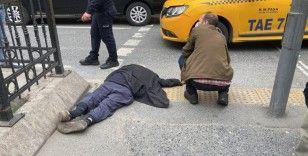 Beyoğlu'nda taksinin yaşlı adama çarptığı anlar kamerada