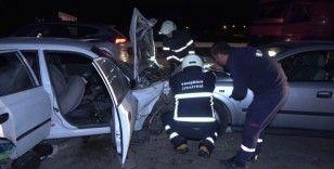 Trafikte korku dolu anlar, bir anda araç üzerlerine uçtu: 3'ü ağır 4 yaralı