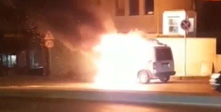 Bahçelievler'de hafif ticari araç alev alev yandı
