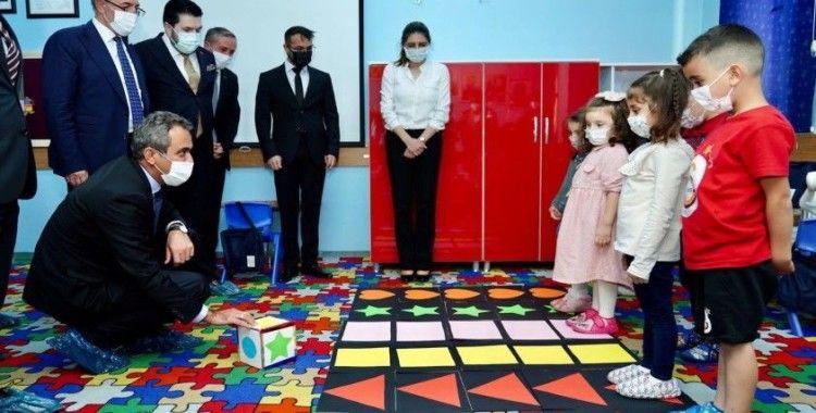 Milli Eğitim Bakanı Özer, öğrencilerle satranç oynayıp kitap okudu