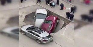 Rusya'da sıcak su borusu patladı, araçlar su dolu çukura düştü