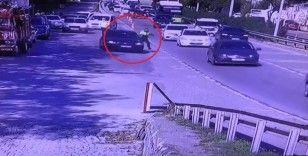 Trafik polisi kaçmak isteyen otomobilin kapısında böyle sürüklendi