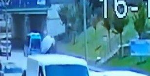 Çekmeköy'de ticari aracın kaldırımdaki 3 kişiye çarpma anı kamerada