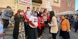 AK Parti'den evlat nöbetindeki ailelere ziyaret
