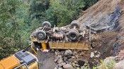 Yük boşaltmak için manevra yapan kamyonet devrildi: 1 yaralı