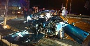 Kamyon ile çarpışan otomobil hurda yığınına döndü: 2 ağır yaralı