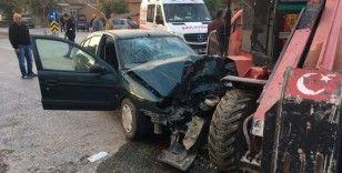 Otomobil ile forklift çarpıştı, 2 kişi araçta sıkıştı