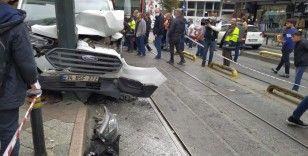 Zeytinburnu'nda tramvay yoluna girmeye çalışan araçla tramvay çarpıştı: Kaza anı kamerada