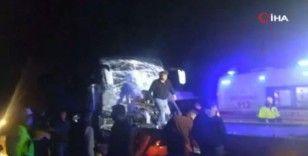 Afyonkarahisar'da otobüs tıra arkadan çarptı: 11 yaralı