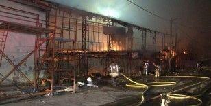 Küçükçekmece'de gençlik lokalinde yangın: Bin metrekare alan küle döndü