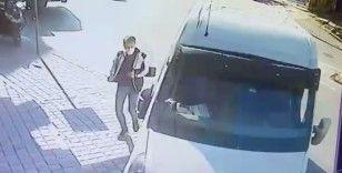 Esenyurt'ta 3 kişinin ezilmekten son anda kurtulduğu kaza anı kamerada