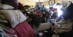 80 yaşındaki kadının evinden 7 kamyon çöp çıktı