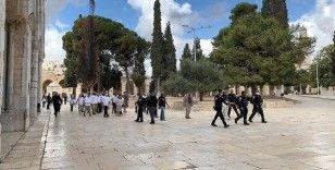 Fanatik Yahudiler İsrail polisi korumasında Mescid-i Aksa'ya baskın düzenledi
