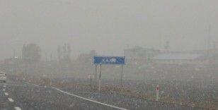 Kars şehir merkezine mevsimin ilk karı yağdı